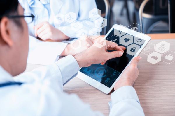 dottore con tablet: la tecnologia al servizio della sanità